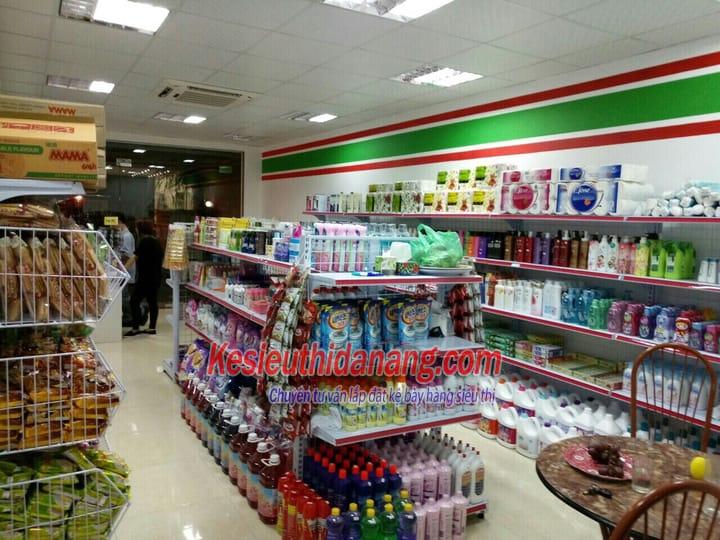 Kệ đôi siêu thị tôn đục lỗ chứa được nhiều hàng hóa, đa dạng hàng hóa